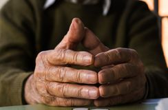 руки укомплектовывают личным составом старую Стоковое фото RF