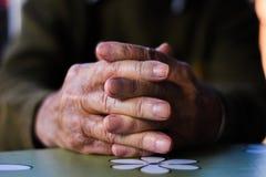 руки укомплектовывают личным составом старую Стоковое Изображение RF