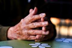 руки укомплектовывают личным составом старую Стоковые Изображения RF
