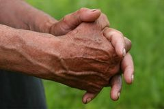 руки укомплектовывают личным составом старый s стоковые фото