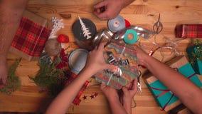 Руки упакованных подарков для рождества сток-видео