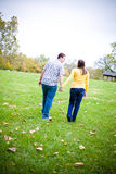 Руки удерживания пар гуляя в поле Стоковые Фото