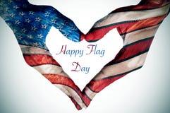 Руки формируя сердце сделанное по образцу как флаг Соединенных Штатов Стоковое фото RF