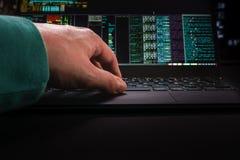 Руки хакера, первый взгляд персоны, на работе с интерфейсом Стоковое Фото