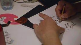 Руки художника татуировки подготавливая татуировку конструируют для татуировать сток-видео