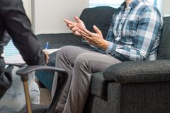 Руки человека говоря и развевая в терапии стоковые фото