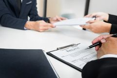 Руки человека давая портфолио применения к человеку HR в офисе fo Стоковые Изображения RF