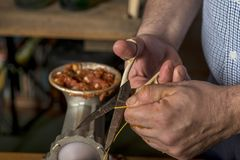 Руки человека делая salame стоковая фотография rf