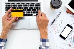 Руки человека держа кредитную карточку стоковые фото
