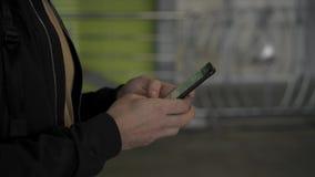 Руки человека идя и используя социальные средства массовой информации на смартфоне акции видеоматериалы