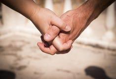 Руки человека и женщины уловленных как любовники Стоковые Изображения RF