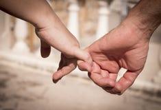 Руки человека и женщины уловленных как любовники Стоковая Фотография