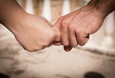 Руки человека и женщины уловленных как любовники Стоковые Изображения
