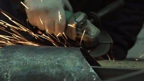 Руки человека кузнеца смолоть острые края сток-видео