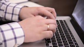 Руки человека печатая на клавиатуре на ноутбуке или ПК видеоматериал