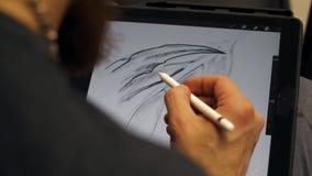 Руки человека работая на графической таблетке Дизайнерские работы на графическом планшете на ПК сток-видео