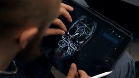 Руки человека работая на графической таблетке Дизайнерские работы на графическом планшете на ПК акции видеоматериалы