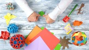 Руки человека создают красивую игрушку origami стоковые фотографии rf
