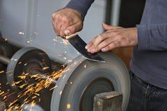 Руки человека точить нож Стоковое Изображение