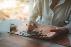 Руки черной девушки держа и беседуя через мобильный телефон Стоковые Фотографии RF