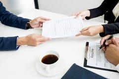 Руки человека давая портфолио применения к человеку HR в офисе fo стоковое изображение