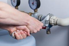 Руки человека во время ремонта трубы стоковые фотографии rf