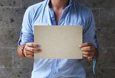 Руки человека держа пустой шильдик Стоковое Изображение RF
