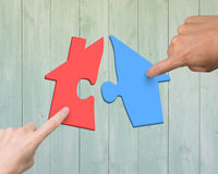 Руки человека 2 женщины собирая различный красочный дом формируют pu Стоковая Фотография RF