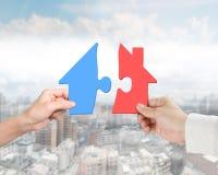 Руки человека 2 женщины собирая различный красочный дом формируют pu Стоковая Фотография