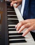 Руки человека играя рояль в студии звукозаписи Стоковое фото RF