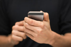 Руки человека используя умный телефон Стоковое Фото