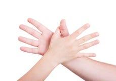 Руки человека и женщины достигая один другого Стоковые Фотографии RF