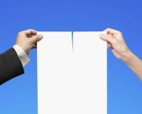 Руки человека и женщины срывая бумагу контракта с пробелом стоковое изображение rf