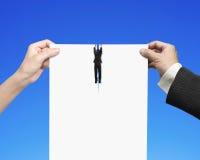 Руки человека и женщины срывая чистый лист бумаги с смертной казнью через повешение бизнесмена Стоковое Изображение RF