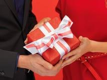 Руки человека и женщины с подарочной коробкой Стоковые Фотографии RF