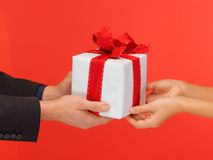 Руки человека и женщины с подарочной коробкой Стоковое фото RF