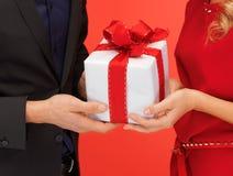 Руки человека и женщины с подарочной коробкой Стоковое Изображение RF