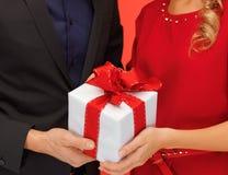 Руки человека и женщины с подарочной коробкой Стоковая Фотография