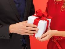 Руки человека и женщины с подарочной коробкой Стоковое Изображение