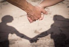 Руки человека и женщины уловленных как любовники Стоковая Фотография RF