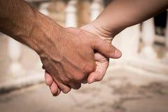 Руки человека и женщины уловленных как любовники Стоковое Фото
