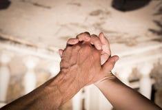 Руки человека и женщины уловленных как любовники Стоковое Изображение RF