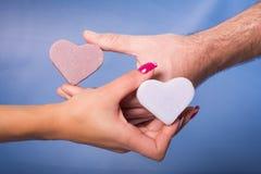 Руки человека и женщины Стоковые Фотографии RF