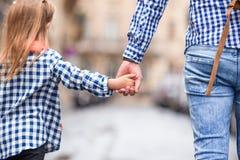 Руки человека и ребенка держа совместно на улице Стоковое Изображение RF