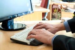 Руки человека на белой клавиатуре. Печатать Стоковые Изображения RF