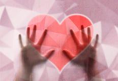 Руки человека на художническом розовом символе сердца Стоковые Фото