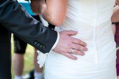 Руки человека обнимая женскую добычу, конец-вверх Стоковые Фотографии RF