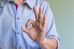 Руки человека показывая одобренный знак Стоковое Изображение RF
