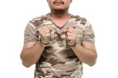 Руки человека при наручники показывая знак победы стоковое фото