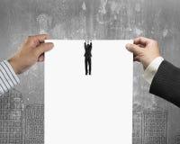 2 руки человека срывая чистый лист бумаги с смертной казнью через повешение бизнесмена стоковое фото rf